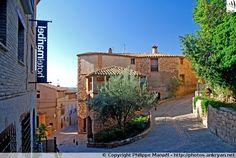 Ruelles d'Alquézar, village mozarabe original par ses pierres aux couleurs ocres et son aspect de forteresse (Sierra de Guara, Espagne).
