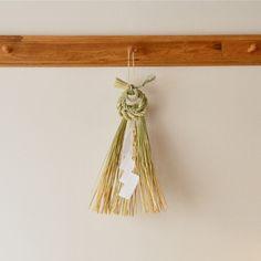 しめ飾り Straw Crafts, Japanese New Year, New Years Decorations, Nouvel An, Clothes Hanger, Xmas, Wreaths, Creative, Tassels