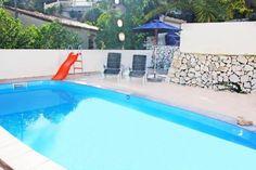 #Villa de #alquiler #vacacional en #Benissa, #CostaBlanca, #Espana con #piscinaprivada, para un máximo de 14 personas, situada en #zonaurbana con colinas, cerca de una pista de #tenis y a 1 km de la #playa de Cala Abogat. La cercanía de la #playa, lugares para ir de compras, hace de esta #villa un #alojamiento ideal para #vacaciones en #familia, #amigos y #mascotas.   Más villas en: http://www.villasguzman.com/esp