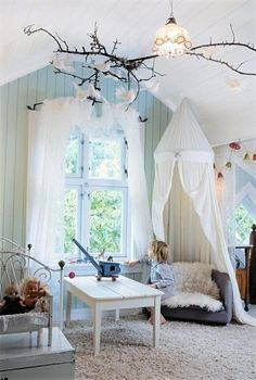 Barnrum med många fina idéer. Sänghimmel, trädgren i taket. Ljusa vackra färger och en lugn bas.