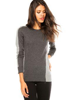 Suéter Manga Longa Calvin Klein Jeans Zíper Cinza, com zíper decorativo, modelagem reta, mangas longas e gola redonda.Confeccionada em malha 100% viscose.Medidas: Ombro: 11cm/ Manga: 70cm/ Busto: 112cm/ Comprimento: 72cm/ Tamanho: P.Medidas da Modelo: Altura: 1,74m/ Busto: 75cm/ Cintura: 60cm/ Quadril: 88cm.