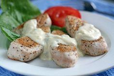 """Еще больше рецептов здесь https://plus.google.com/116534260894270112373/posts  Филе индейки с сырным соусом  В этом рецепте главное — соус. Он делается очень легко, а вкус во многом зависит от сорта сыра, который для него используется. Общее название соуса — Блю чиз (""""Blue cheese""""), но часто соусы называют так же как сыр, с которым его готовят: Roquefort, Dorblu, Azur. В этом рецепте используется очень нежный на вкус сыр """"Regina blu"""", но можно использовать любой другой.   Ингредиенты…"""