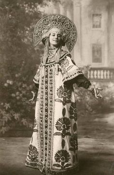 One of the first dancers from the Imperial Russian Ballet to dance in Western Europe, Anna Pavlova has been awarded near-mythical status as the Prima Ballerina who brought ballet into the 21 Century. Anna Pavlova, Russian Folk, Russian Art, Russian Style, Russian Traditional Dress, Ballet Russo, Costume Russe, Style Russe, Costume Original