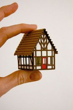 Artículos similares a Tudor House Christmas Ornament or Putz House en Etsy Christmas Village Houses, Putz Houses, Christmas Villages, Christmas Ornament Sets, Christmas Home, Christmas Crafts, Christmas Glitter, Etsy Christmas, Christmas Decorations