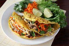 Vietnamesische Pfannkuchen bestehen aus Reismehl und Kokosmilch und kommen ganz ohne Ei aus! Mit knackiger Gemüsefüllung ein gesundes veganes Gericht.