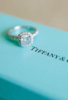Espero que mi novio propona matrimonia con un anillo grande con diamantes de Tiffany & Co.