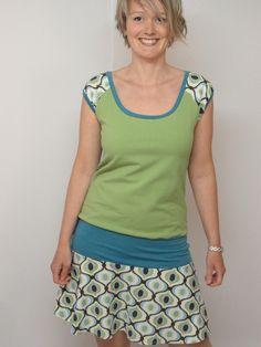 Dieses sportlich-verspielte Kleid ist am Oberteil mit Sommerswaeat und Rock und Ärmel aus weicher Baumwolle genäht. Es trägt sich zur Leggins oder auc