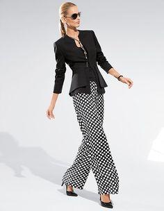 Stilsichere Kombinationsmöglichkeiten bietet die weite Tupfenhose und setzt ein sommerliches Trend-Statement.
