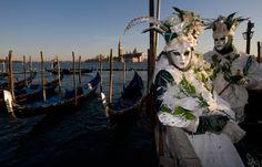 Mascarados saem às ruas para comemorar o Carnaval em Veneza - Abril.com