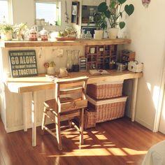 うちのキッチンカウンターは何かが違う…そう思った時にみて欲しい参考インテリア☆7選 | iemo[イエモ]机を配置して作業台スペースをつくるとキッチンカウンターがおしゃれにレイアウトできますよ♪可愛い収納アイテムや雑貨が置いてあるカフェ風スペースです♡