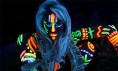 #Kesha con #maquillajefluorescente en su videoclip #yourloveismydrug  ➡ http://www.pulserasfluorescentesfluor.com/9-maquillaje-fluorescente