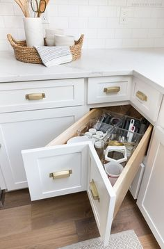 A super smart solution for using the corner space in a kitchen - kitchen corner drawers! Home Decor Kitchen, Kitchen Interior, New Kitchen, Home Kitchens, Awesome Kitchen, Decorating Kitchen, Kitchen Sinks, Apartment Kitchen, Cheap Kitchen