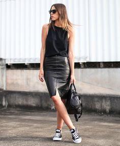 Kaitlyn Ham com look todo preto de regata, saia lápis de couro e tênis Converse.