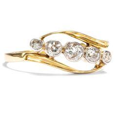 Die Zahl der Liebe  - Romantischer Ring aus Gold & fünf Diamanten, England um 1905 von Hofer Antikschmuck aus Berlin // #hoferantikschmuck #antik #schmuck #antique #jewellery #jewelry