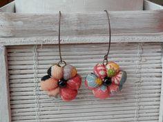 boucles doreilles grands anneaux fleur japonaise en tissus traditionnel japonais et sa perle noire