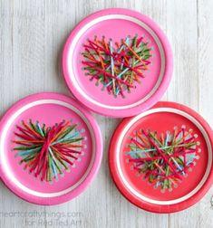Egy olyan kreatív Valentin napi / Bálint napi ötletet keresel, amit a legapróbb kreatív kezekkel is könnyedén elkészíthettek, akár az óvodában vagy az iskolában is? Próbáljátok ki ezeket a szuper papír tányérokból készült szív alakú fonalképeket! A kisebb gyerekeknek ...