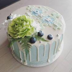 Valkosuklaavadelma kakku kastejuhlaan, päällä äidin ideoima kakkukoriste nimestä palapeliin. . . #kastejuhla #kastekakku #ristiäiskakku #valkosuklaa #valumakakku Berries, Pudding, Baking, Cake, Desserts, Food, Tailgate Desserts, Deserts, Custard Pudding