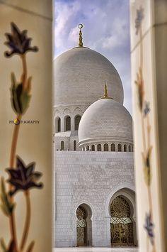 Sheikh Zayed Mosque, Abu Dhabi, UAE - Photography by Vpin Babu Horn Of Africa, Arabian Sea, Across The Border, Grand Mosque, Mosques, Arabian Nights, Dubai Uae, United Arab Emirates, Central Asia