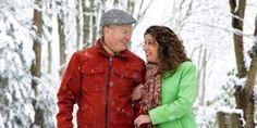 Un matrimonio pasea feliz por la nieve