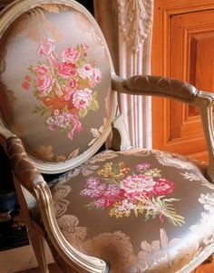 Part of the expertise of Tassinari and Chatel in pictures. Discover the quality of our silks and fabrics on exceptional products in places such as castles, Ministries, Historical Places . White Rooms, Take A Seat, Fabric Shop, Luxury Furniture, Decoration, Dining Chairs, Interior Design, Inspiration, Beautiful