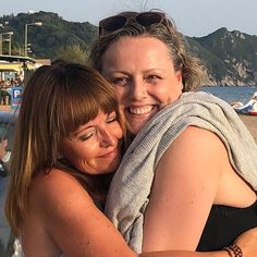 und da ist die *eine* Frau, Schwester im Herzen ... in deren Armen du dich an gemeinsame SeelenHeimat erinnerst ... die Seele dieselbe Melodie singt ... wir denselben Tanz wählen .... und in diesem Moment mit ALLEN Frauen bist .... und fühlst WE (all) are   www.danielahutter.com Couple Photos, Couples, Life, Woman, Couple Shots, Couple Pics, Couple Photography, Romantic Couples, Couple