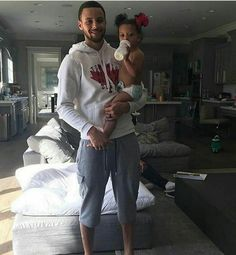 Stephen Curry carrying his baby daughter Ryan Ayesha And Steph Curry, Steph Curry 3, Stephen Curry Ayesha Curry, Stephen Curry Family, The Curry Family, Stephen Curry Basketball, Nba Basketball, Wardell Stephen Curry, Stephen Curry Pictures