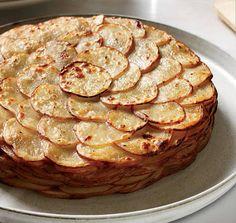 Она выложила слоями нарезанный картофель и залила бульоном с молоком… Получилось вкуснейшее блюдо!