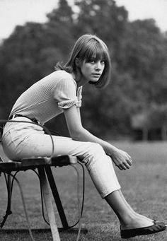Jane Birkin usa blusa canelada, calça de cintura alta jeans cigarrette branca e sapatilhas