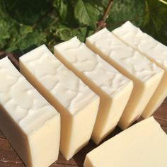 Snow soap A pure and natural Christmas soap with a special blend of essential oils reminiscent of freshly fallen snow in a pine forest. A cold process soap that also works with hot process techniques … Handmade Soap Recipes, Soap Making Recipes, Handmade Soaps, Diy Soaps, Snow Soap, Christmas Soap, Soap Tutorial, Lavender Soap, Soap Packaging