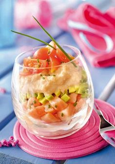 Verrine de saumon avocat, tomates cerises et ciboulette: cooked salmon, avocado, cherry tomatoes, and chives. Good Food, Yummy Food, Quick Healthy Breakfast, Cooking Recipes, Healthy Recipes, Cooking Salmon, Appetisers, Food Inspiration, Appetizer Recipes