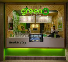 The Juice Bar/Shop design by using the concept of green, a natural color that represents health and freshness. Kiosk Design, Retail Design, Store Design, Smoothie Bar, Juice Bar Interior, Juice Cafe, Juice Menu, Juice Bar Design, Juice Store