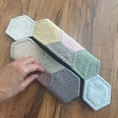 Hexagon Patchwork, Hexagon Quilt, Patchwork Bags, Quilting Projects, Sewing Projects, Zipper Pouch Tutorial, English Paper Piecing, Quilt Making, Sewing Crafts