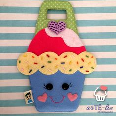 """Porta carregador de celular"". E esse da vontade de morder neh? Quem quer aprender??? ♥ #felt #felto #celular #carregador #portacelular #cupcake Felt Crafts, Fabric Crafts, Diy And Crafts, Crafts For Kids, Arts And Crafts, Paper Crafts, Felt Phone, Crochet Wallet, Felt Books"