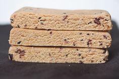No bake proteinbars (vegan & glutenfria) | ROETHLISBERGER | Bloglovin' ----- (för 4 bars)  1 dl/50g fettreducerat kokosmjöl 1/2 dl/28g fettreducerat mandelmjöl 1/2 dl proteinpulver med vaniljsmak (kasein-, ärt-, ris- eller valfri vegan proteinblandning. Jjag använde det här) 1/2 dl jordnötssmör luxe i smaken toffee fudge crunch 1/2 dl 2 tsk sirap (agave för vegan, jag använde fibersirap gold) en nypa salt 1 msk mjölk (jag använde vanlig komjölk, men givetvis funkar valfri vegansk mjölk)…