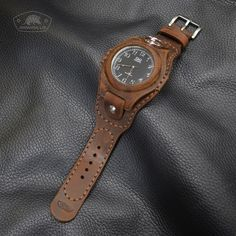 Фотография Leather Art, Leather Design, Best Watches For Men, Cool Watches, Diy Leather Craft Tools, Diy Leather Bracelet, Leather Portfolio, Leather Wristbands, Leather Bracelets