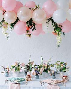Сервировка праздничного стола. Воздушные шарики. Оформление цветами.