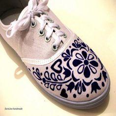 Textilne tenisky malovane modrou farbou na textil.
