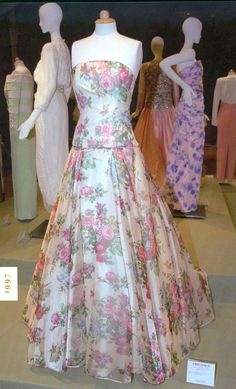 My private closet?: Designed by Catherine Walker, this cream silk organza gown printed with pink, blue and yellow roses was worn privately by the Princess Diana and was never photographed in public Princess Diana Dresses, Princess Diana Photos, Princess Diana Fashion, Princess Of Wales, Princesa Diana, Prinz Georges, Pastel Gown, Gown Pictures, Catherine Walker