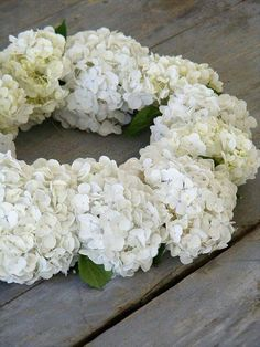 White Hydrangea looks pretty simple to make - these will POP against the brown walls of the barn :) Hydrangea Paniculata, Hortensia Hydrangea, Hydrangea Wreath, Romantic Flowers, White Flowers, Wedding Flowers, White Hydrangeas, Deco Floral, White Gardens
