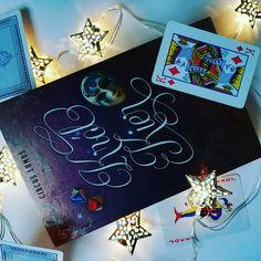 Król Kier  czyli książka młodzieżowa z dużą częścią magii. Poznajemy losy dziewczyny,która wiodła zwykle życie nastolatki. Pewnego dnia na jej drodze stanął przystojniak skrywający nadnaturalne moce. Czy uda im się zaprzyjaźnić? Polecam książkę i daje 7/10 #book #królkier