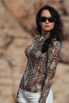Desert fashion shooting – leopard shirt with hotpants and high heels