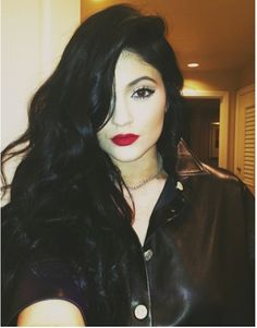 Kylie Jenner Photos - Kylie Jenner checks her hair and makeup with her phone's camera as she heads into the office on October 2013 in Los Angeles, California. - Kylie Jenner Heads to the Office Peinados Kylie Jenner, Kylie Jenner Hair, Kylie Jenner Photos, Kylie Jenner Style, Jenner Makeup, Which Hair Colour, Hair Color For Black Hair, Dark Hair, Chic Hairstyles