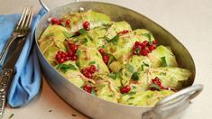Foto: Tone Rieber-Mohn / NRK Vegetarian Eggs, Cabbage Recipes, Frisk, Guacamole, Broccoli, Potato Salad, Cauliflower, Food And Drink, Pizza