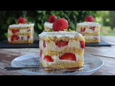 Μια πεντόστιμη, αφράτη και δροσερή πάστα με φράουλες για την απολαύσετε σε όλες τις περιστάσεις με την οικογένεια και τους καλεσμένους σας. Μια απλή και Greek Sweets, Dessert Recipes, Desserts, Greek Recipes, Tiramisu, Cheesecake, Food And Drink, Strawberry, Cooking Recipes