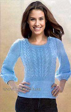 Голубой вязаный пуловер спицами.
