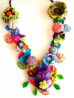 beautiful necklace made with felt, crochet, polymer clay and other things by a Portuguese blogger
