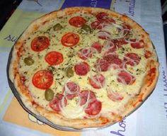 A Massa de Pizza Fácil e Econômica é prática, leva poucos ingredientes e fica deliciosa. Escolha o molho e o recheio faça já a sua massa de pizza! Solo Pizza, Pizza Hut, Mini Pizzas, Pizza Legal, Pizza Cool, Best Homemade Pizza, Perfect Pizza, Good Food, Yummy Food