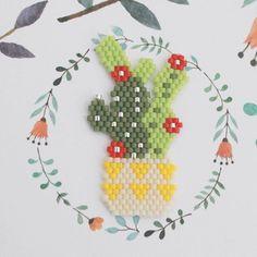 Qui s'y frotte, s'y pique... Et un petit cactus de plus ... ça revient obsessionnel. #jenfiledesperlesetjassume #brickstitch #miyuki #perlesmiyuki #perlesaddict #avecses10ptitsdoigts #motifavecses10ptitsdoigts #cactuslover