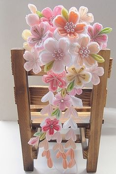 A beautiful felt flower cascade. Ribbon Art, Diy Ribbon, Fabric Ribbon, Ribbon Crafts, Flower Crafts, Felt Crafts, Fabric Crafts, Diy And Crafts, Kanzashi Flowers
