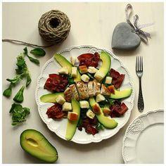 Salát s prosciutto a sýrem babybel Cobb Salad, Zucchini, Dip, Salads, Mango, Vegetables, Food, Manga, Salsa